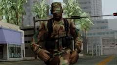 Армеец афроамериканец в стандартном камуфляже